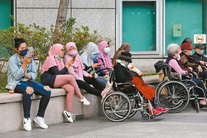 根據勞動部勞動力發展署資料顯示,外籍看護轉至其他類別工作者,今年至10月底已達近三年新高的153人。圖為在公園內的外籍看護,非當事人。圖/聯合報系資料照片