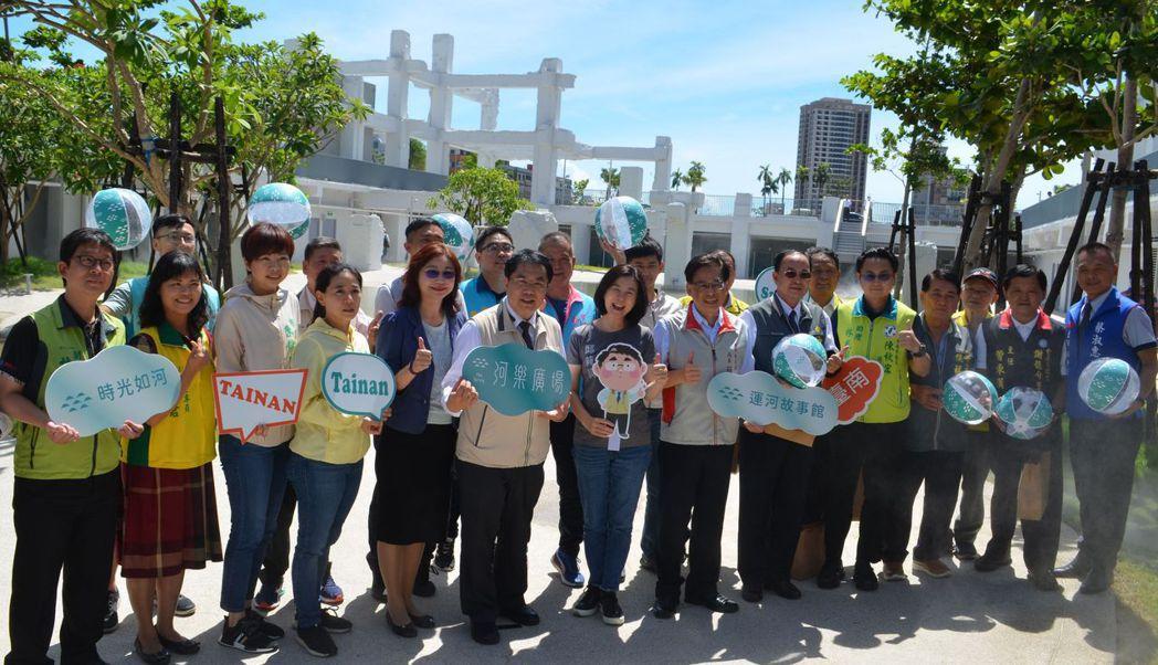 市長和與會者共同宣布河樂廣場系列展演正式展開。  陳慧明 攝影
