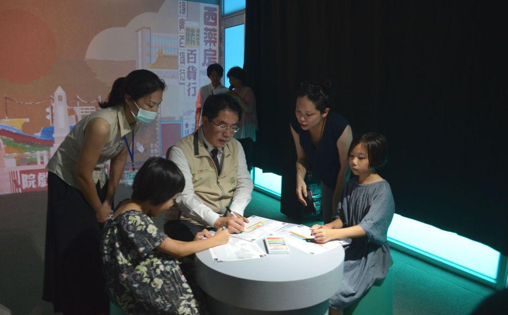 黃偉哲市長與小朋友共創繪畫。  陳慧明 攝影