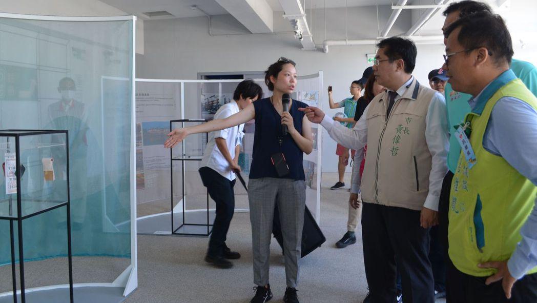 黃偉哲市長參觀展出的文物。  陳慧明 攝影