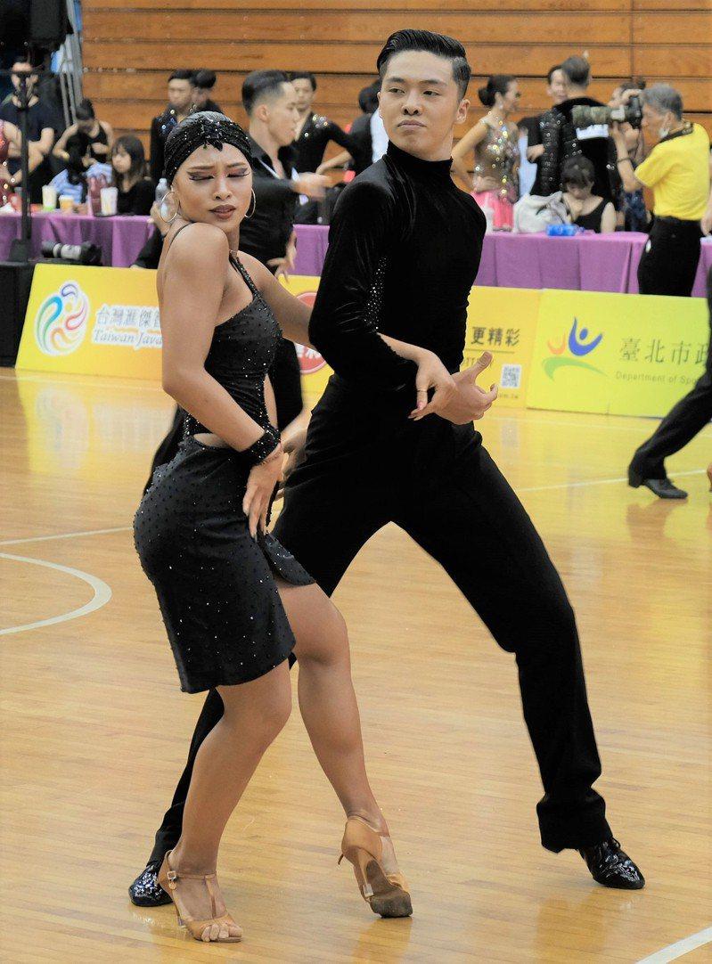 曾瑋晟與葉奕萱拿下青年組與21歲以下青年組拉丁舞兩面金牌。 主辦單位提供