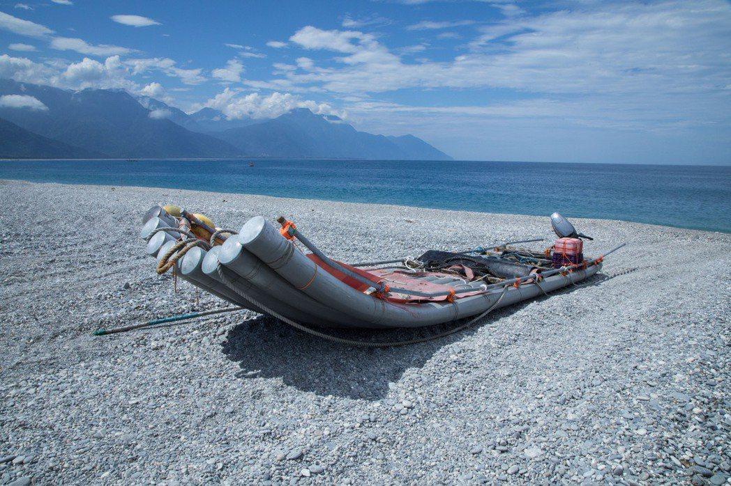 當海上收網時,漁工們必須衝刺駕著膠筏前去接應,再運回岸上用推土機整理。記者/許詩...
