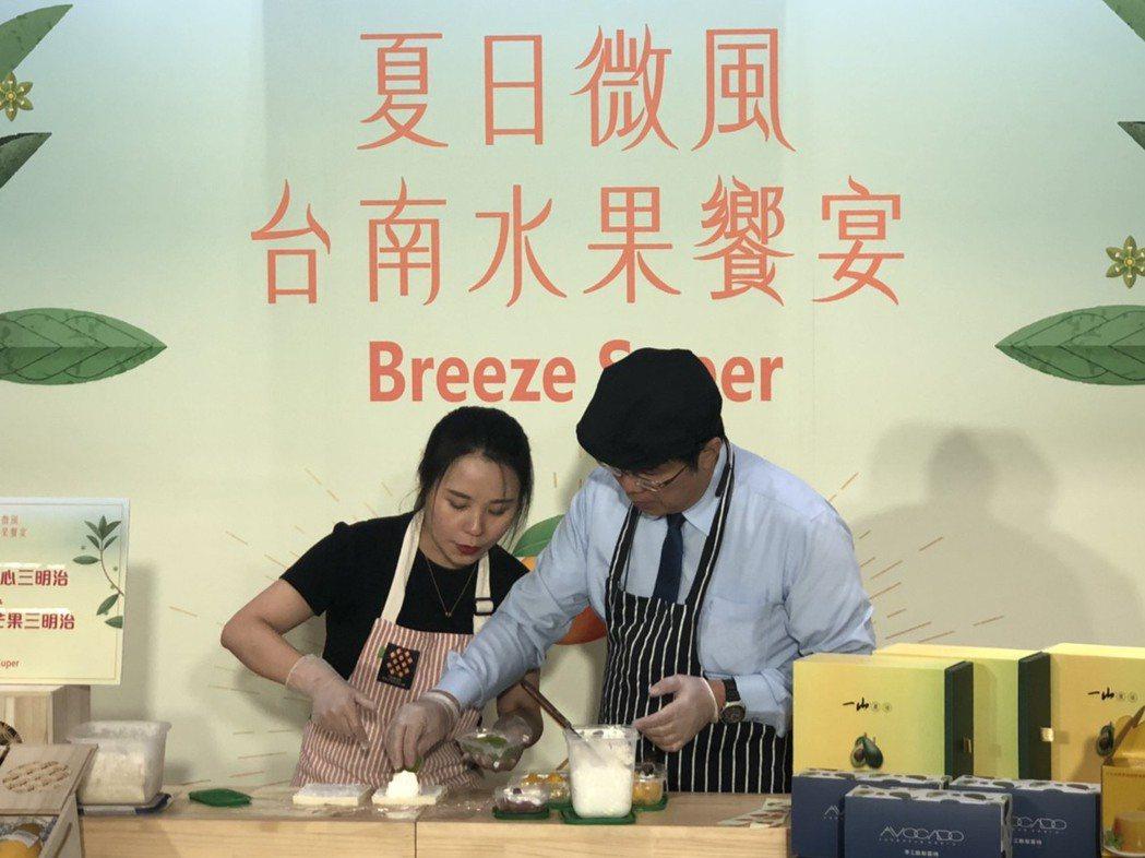 台南市長黃偉哲親手製作水果三明治。業者/提供