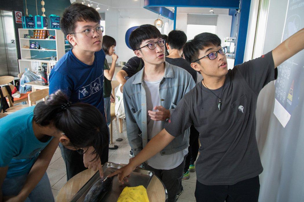 採訪當天,國立東華大學學生剛好來訪,他們一邊觸碰著鰹魚「大體老師」,一邊比對螢幕...