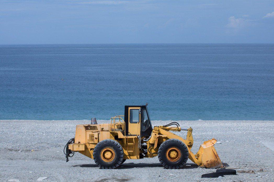 七星潭以「海天一線」美景和一片灰白色的礫石灘聞名,漁工們使用的推土機雖然突兀,卻...