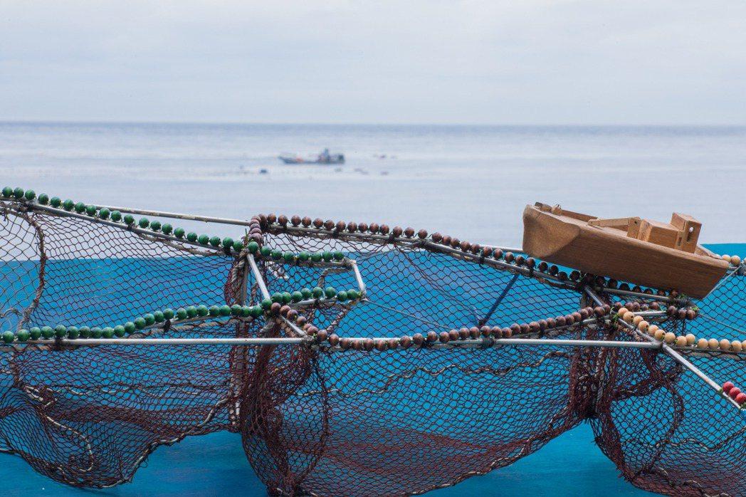 定置漁網在海面下的結構其實非常複雜,約50%魚兒會先游入第一張「運動網」中盡情游...