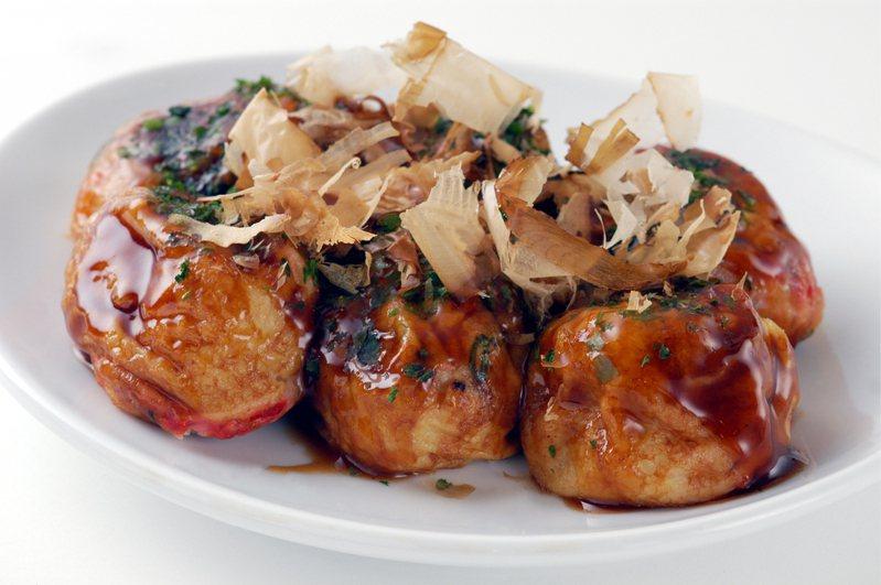 柴魚放在剛出爐的章魚燒上,會因為熱氣而扭動,在日本有「跳舞的柴魚片」的說法。圖取自ingimage