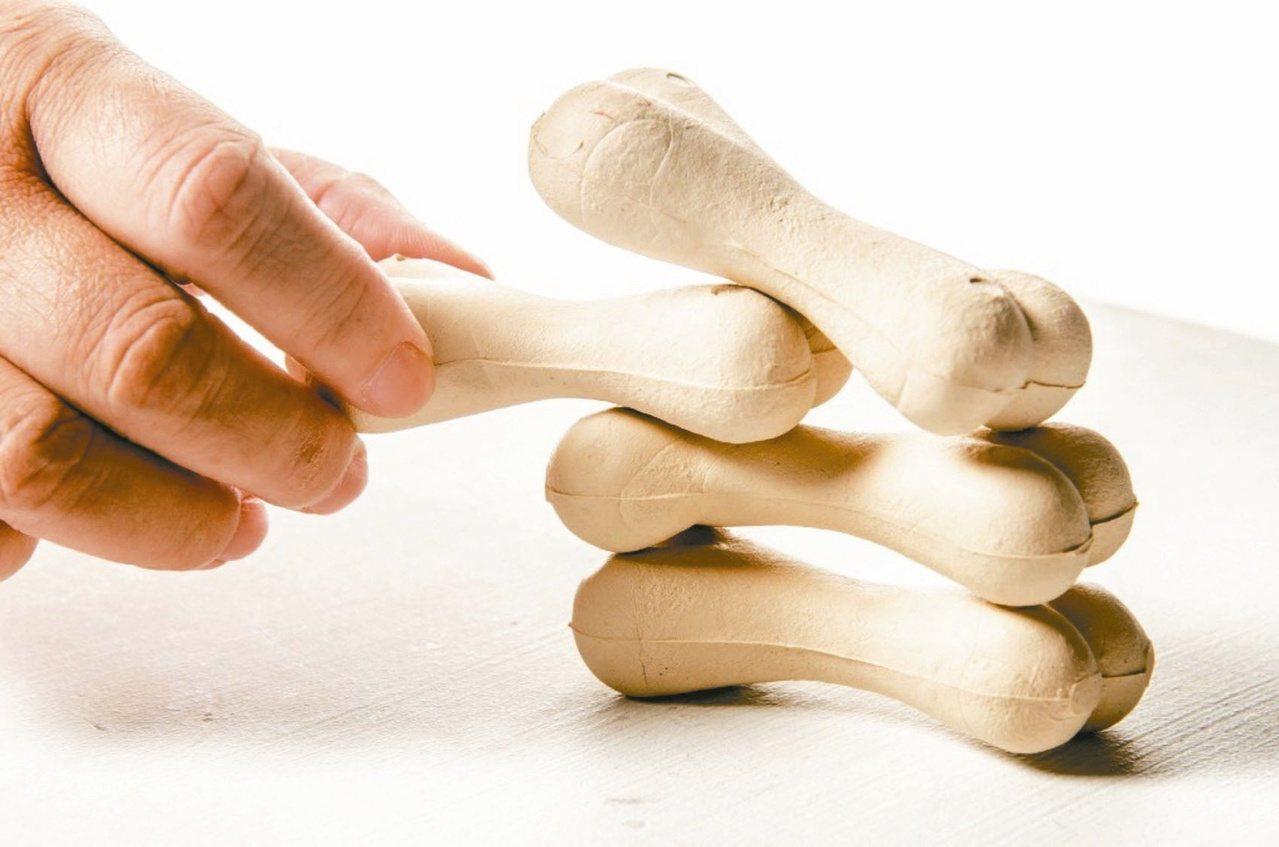 骨質疏鬆症初期症狀不明顯,例如背痛、駝背、身高變矮,很多人以為是老化現象,輕忽治...