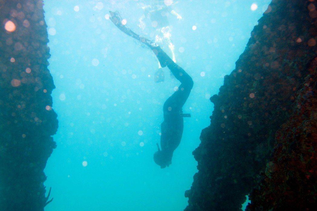 自由潛水的前進動力主要是靠著蛙鞋,即便是不會游泳的人,只要你願意打水,都會前進。 圖/美聯社