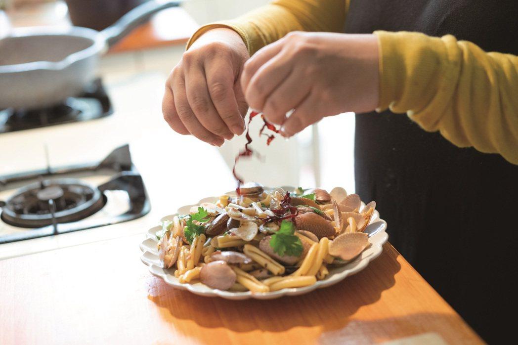 飲食作家毛奇透過料理增添生活滋味,讓居家生活也能簡單而豐盛。 圖/謝佩穎 攝影