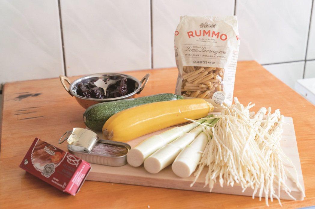 可長期保存的捲管麵與鯷魚罐頭是毛奇常用的食材,可自由變化多種料理。 圖/謝佩穎 ...