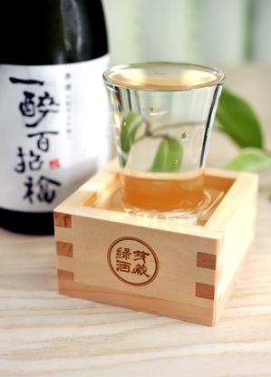木枡內置玻璃杯倒酒,體現表面張力,達到視覺味覺雙重衝擊。 圖/綠芽酒藏提供。