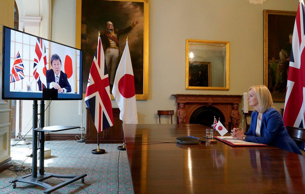 本月10日英國國際貿易大臣特拉斯(右),與日本外務大臣茂木敏充進行視訊對話。 圖/路透社