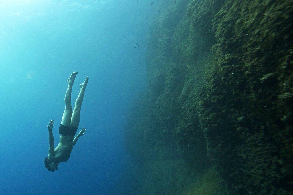 大部分的人在從事自由潛水活動時並不會穿防寒衣,也增加了意外發生的風險。 圖/法新社