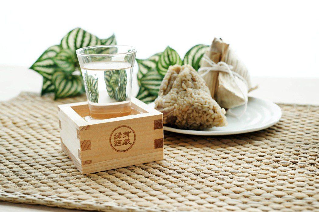 吃粽配杯酒,藉由冷酒讓盛夏的暑氣全消。 圖/綠芽酒藏提供。