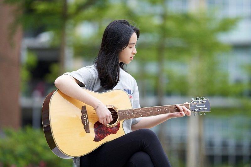 讀書之餘彈吉他、假日和家人爬山、在泳池中悠游,都是柯驊芸調劑身心的方式。(攝影/AK photo studio)