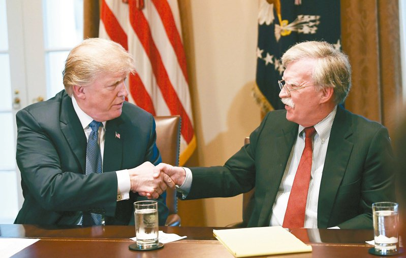 美國前國安顧問波頓(右)說,外界猜測川普(左)下一個可能背棄的對象,台灣在這張遭背棄清單中名列前茅。(美聯社)
