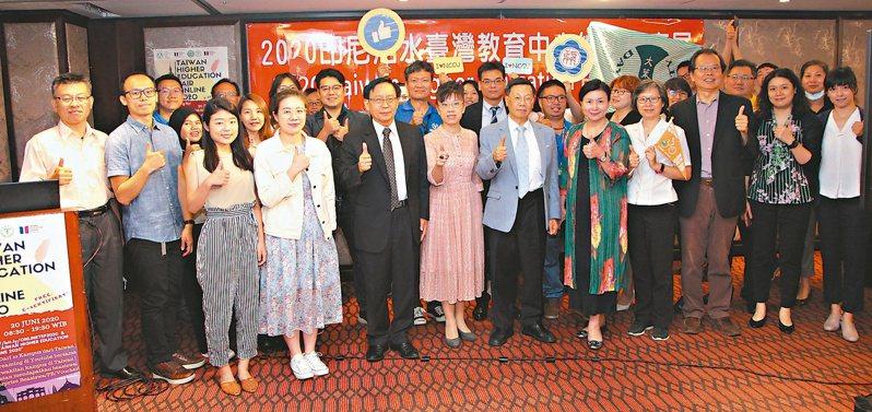 亞洲大學校長蔡進發(前排左五)說明,亞大首創國內線上直播教育展,對印尼招生。圖/亞洲大學提供