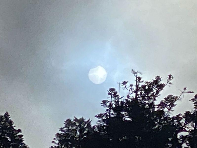 台灣高山醫學權威、「瘋高山」作者王士豪昨登玉山時,拍下全台最高日蝕奇景。圖/王士豪醫師授權提供
