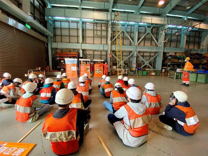 營隊學員參訪維修基地聽取維修人員說明實作課程。圖/台灣高鐵提供