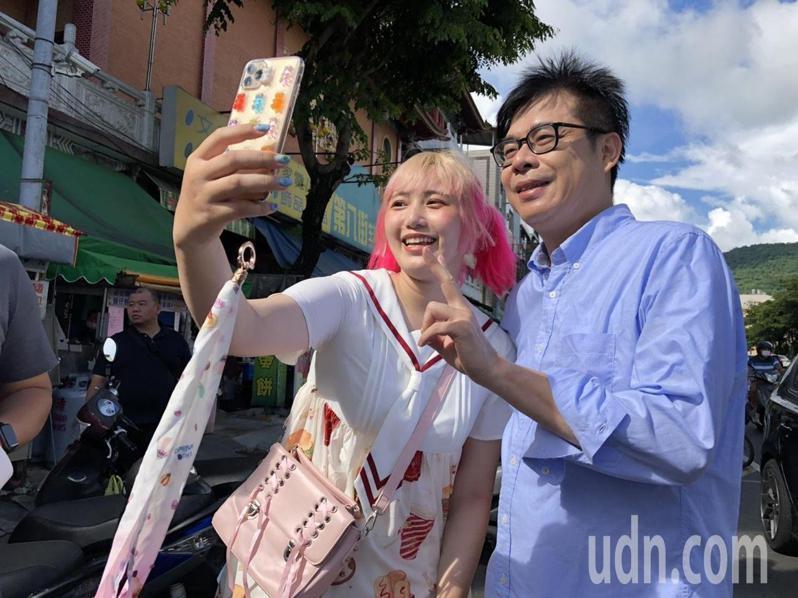 民進黨高雄市長補選參選人陳其邁持續勤跑行程,所到之處常有支持者要求合照。記者王慧瑛/攝影