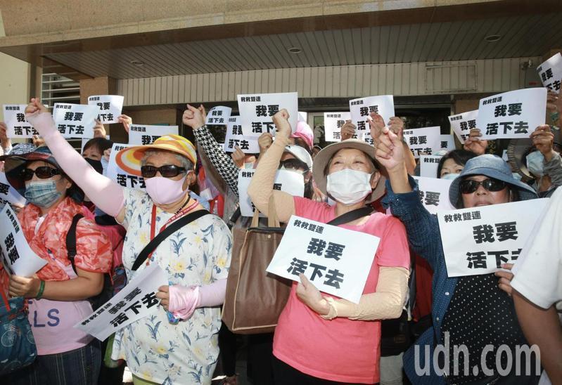 台北市雙連商圈自救會,近百位攤商手舉著「救救雙連我要活下去」的牌子,抗議巿政府迫遷。記者黃義書/攝影