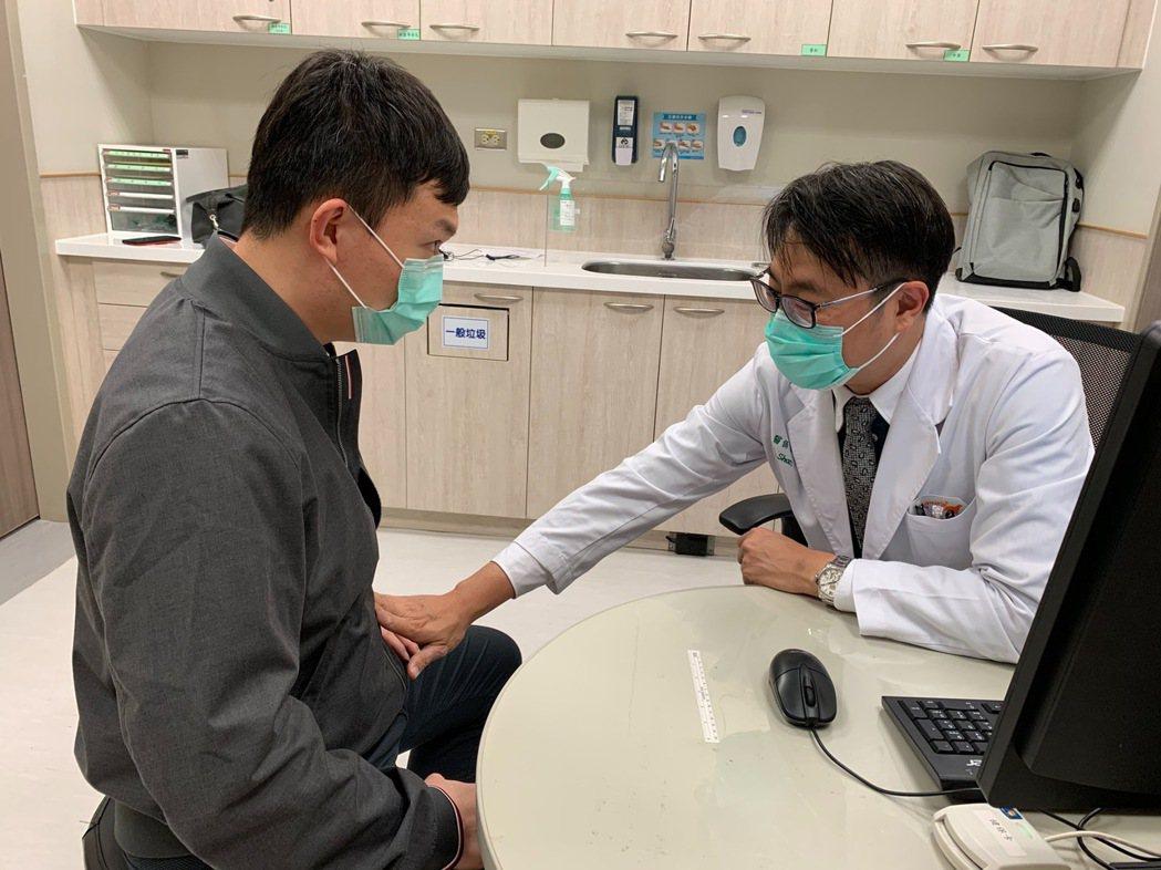 大腸直腸外科醫師邵彥誠(右)提醒民眾一旦發現食慾不振,尤其沒有正常排氣排便,一定...