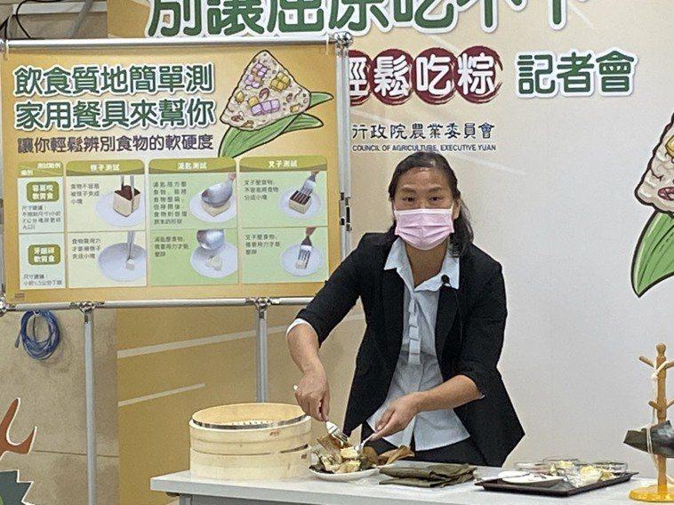 長庚科大保健營養系副教授邱麗玲示範包粽,她說「質地粽」的秘訣就是用地瓜、芋頭、綠...