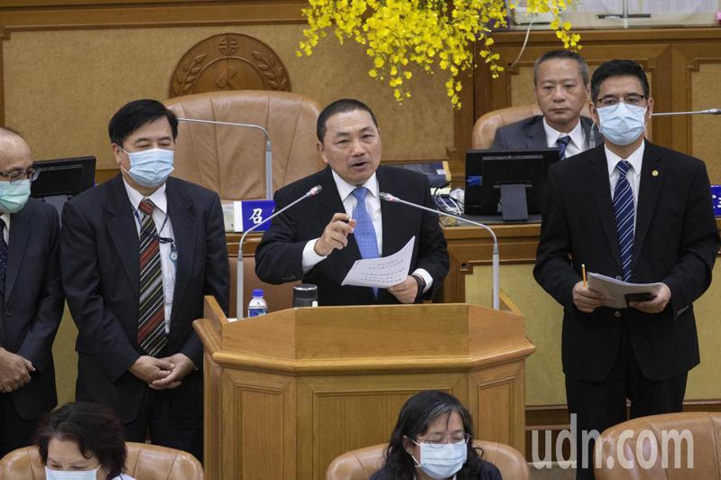 台北市長柯文哲說2年內升級YouBike2.0,新北市長侯友宜(中)昨在市政總質詢時連3次說「很拚喔」。記者王敏旭/攝影