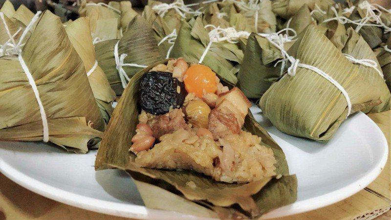 中央市場104號攤結合北、南口味的肉粽,肉粽內餡有五花肉、梅花肉兩塊。圖/新竹市政府提供