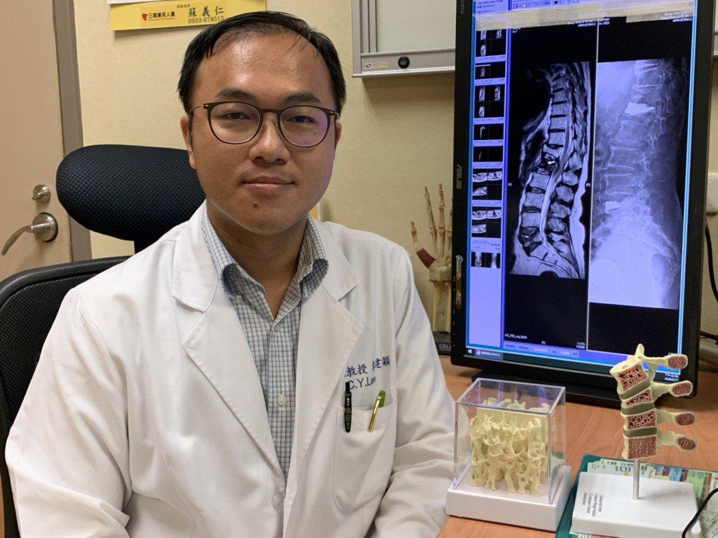 嘉義長庚骨科醫師李建穎發現黃太太同時有2處脊椎壓迫性骨折。圖/嘉義長庚醫院提供