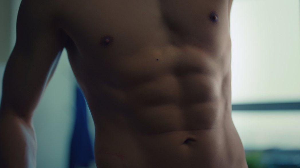 金秀賢在劇中有八塊肌的特寫鏡頭。圖/擷自Netflix