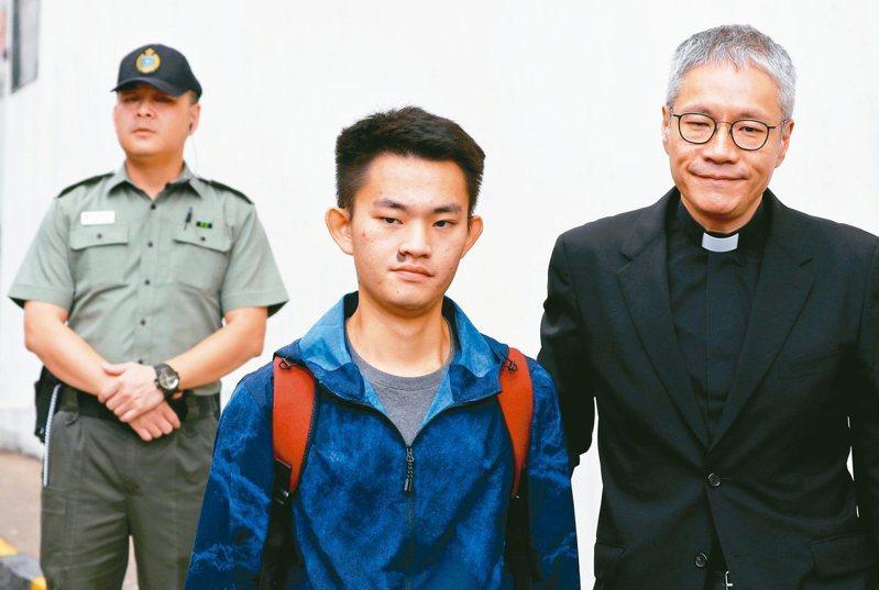 涉嫌在台殺害女友的港男陳同佳(中)。(路透)