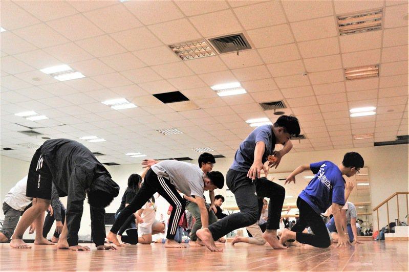 台東縣政府文化處今年暑期將舉辦「劇場普悠瑪」青少年劇場研習營隊,培育台東在地的劇場經營管理與表演人才。圖/台東縣政府提供
