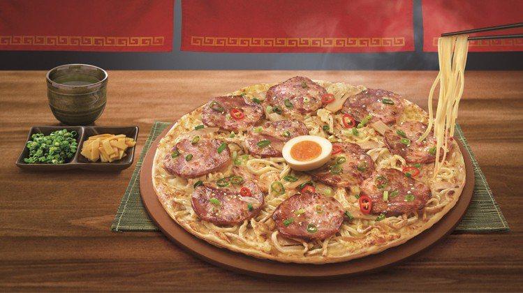 必勝客攜手麵屋武藏,推出「一口入魂拉麵比薩」,每個459元。圖/必勝客提供