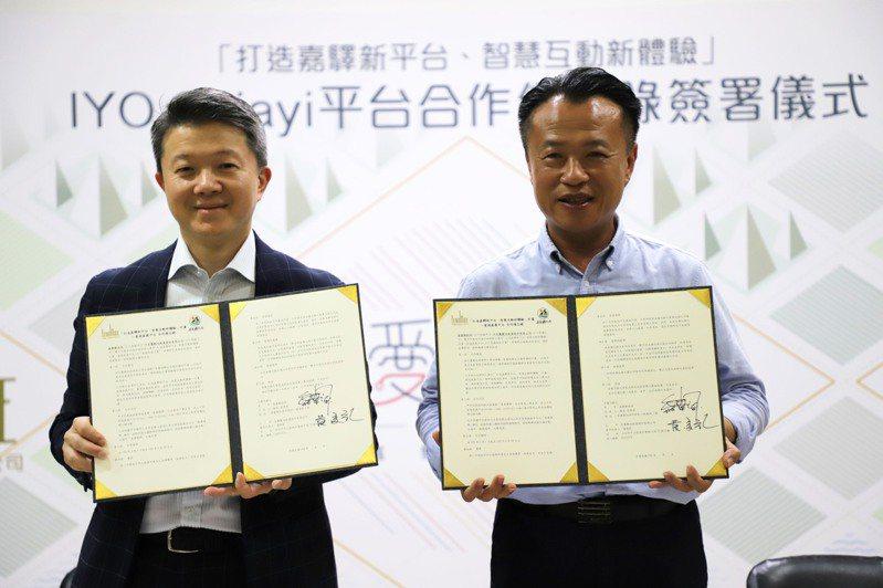 嘉義縣長翁章梁(右)與宏麗數位創意股份有限公司總經理黃俊欽(左)簽署「愛遊嘉義平台」合作備忘錄。圖/嘉義縣政府提供