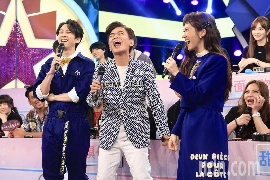 Lulu黃路梓茵(右前)因拇指外翻開刀,停工3個多月,下午正式回歸三立節目《綜藝...