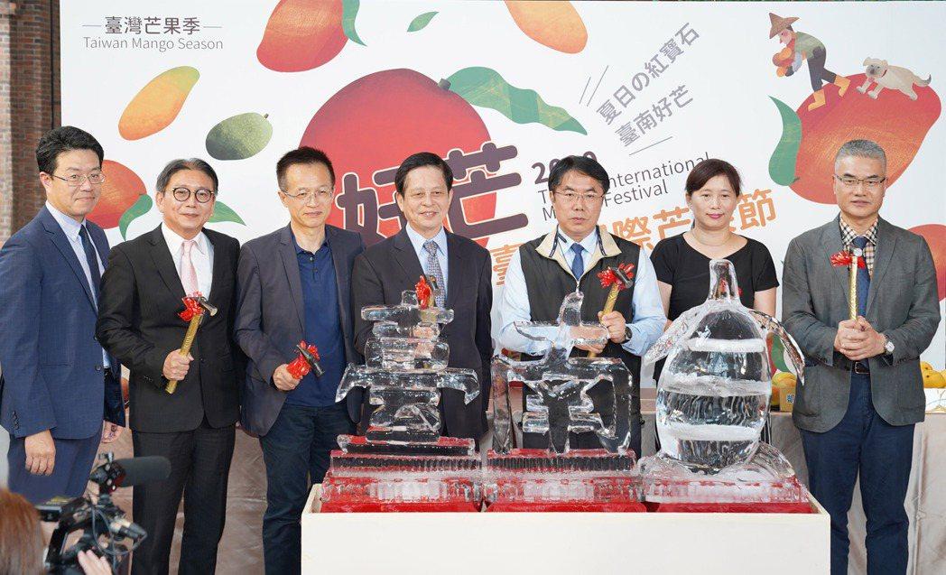 2020臺南國際芒果節在遠百信義A13舉辦開幕記者會,臺南市長黃偉哲(右三起)、...