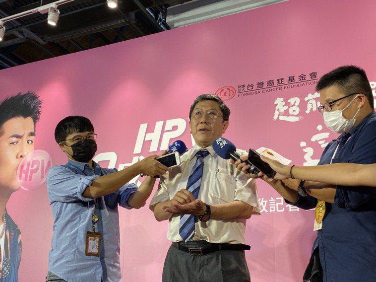 台灣疫苗推動協會理事長李秉穎表示,HPV病毒最主要會引起的癌症是子宮頸癌,在病毒...