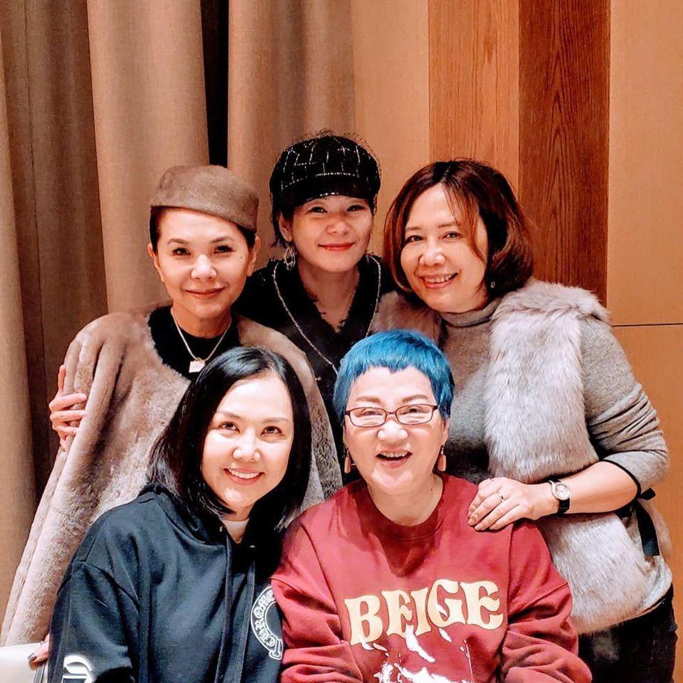 張清芳(後排左一)和張小燕(前排右一)是多年好友。圖/摘自臉書