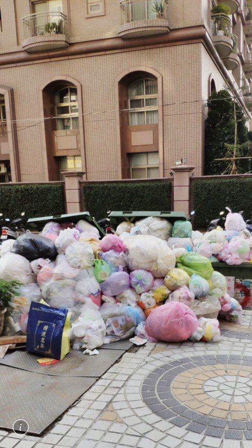 台中市焚化爐歲修要求垃圾處理業者減量,不少社區垃圾無人理,上月差點引爆垃圾危機。圖/讀者提供
