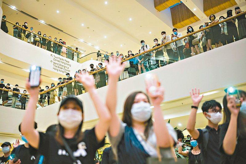 自去年六月迄今,香港民眾反送中示威活動持續,儘管北京加快制定港區國安法,示威者依然上街表達意見。 (法新社)