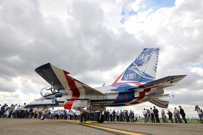 勇鷹高教機昨天執行首飛儀式,勇鷹號垂直尾翼彩繪圖樣。圖/擷取自總統府flicker