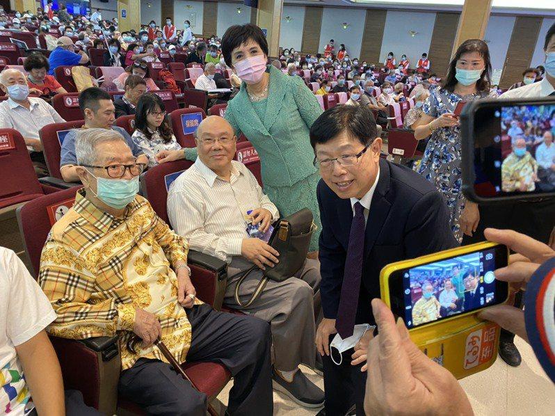 鴻海董事長劉揚偉上任以來首度主持股東大會,並和股東互動。記者尹慧中/攝影