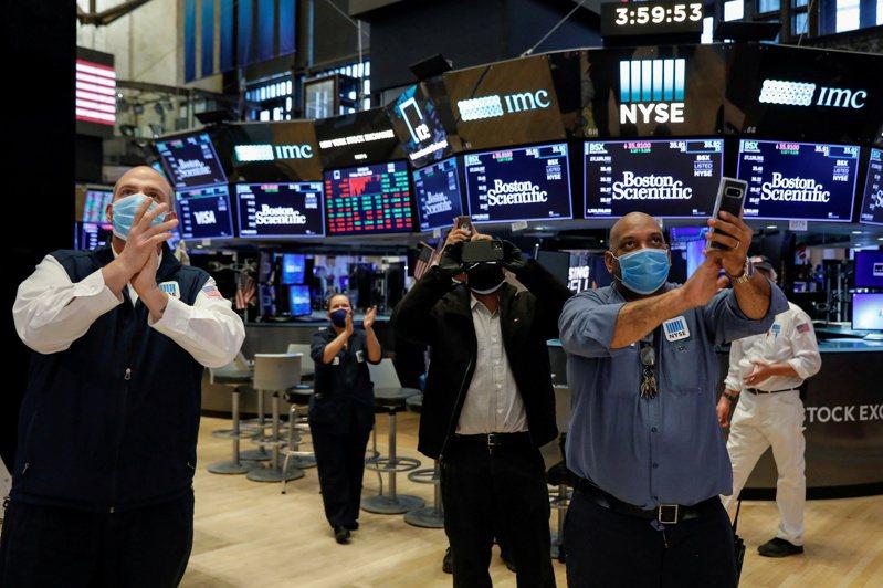 美股大漲。(圖/路透)