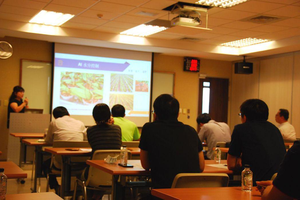 與會者專注聆聽專家分析市場趨勢。 楊鎮州/攝影