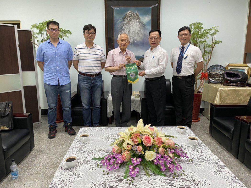 鐠羅機械董事長李世明(右2)今日拜會僑光科大董事長陳伯濤(右3)。鐠羅/提供