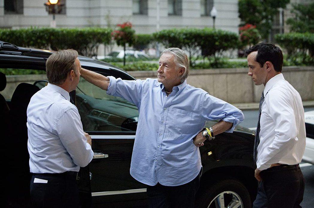 導演喬伊舒馬克(中)不敵癌症過世,享壽80歲。 圖/擷自IMDb網站