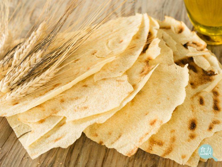 Pane carasau是薩丁尼亞島的傳統麵包,又薄又脆,外觀像是烤餅。 圖片提...