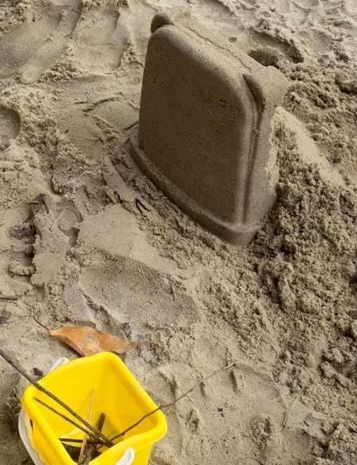 一位網友的兒子蓋「城堡」給他,外型竟神似墓碑,這位爸爸一看血壓秒飆高。圖擷自爆料公社